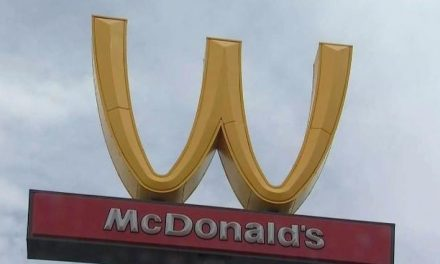 McDonald's virou seu logo pela primeira vez para homenagear o Dia Internacional da Mulher